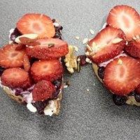 Tostadas-pan-paleo-crema de coco-arándanos-fresas