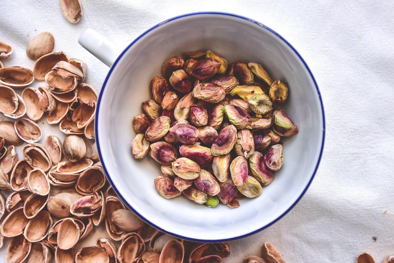 Plato de pistachos pelados