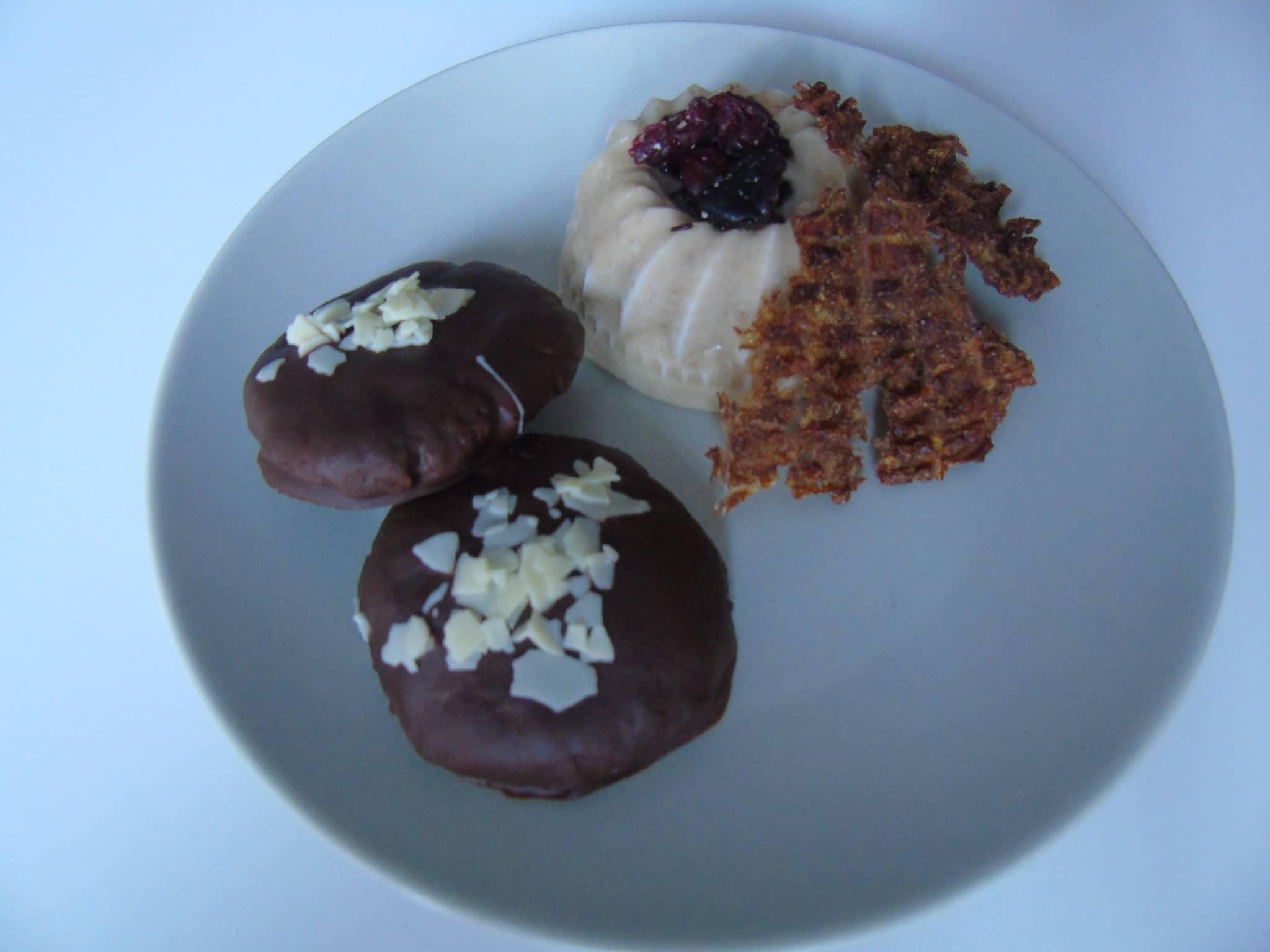 Helado de horchata con crujiente de pera y galletas de chufa y chocolate negro
