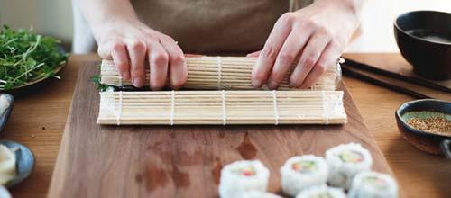 Enrollando sushi