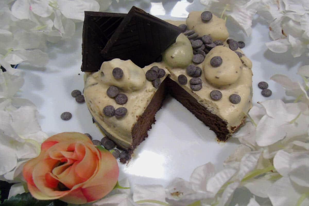 tarta de chocolate negro, coco y uvas