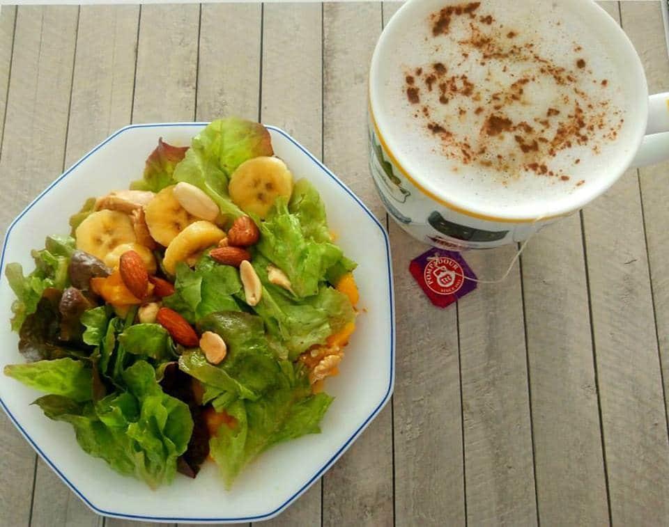 desayuno de ensalada y frutas