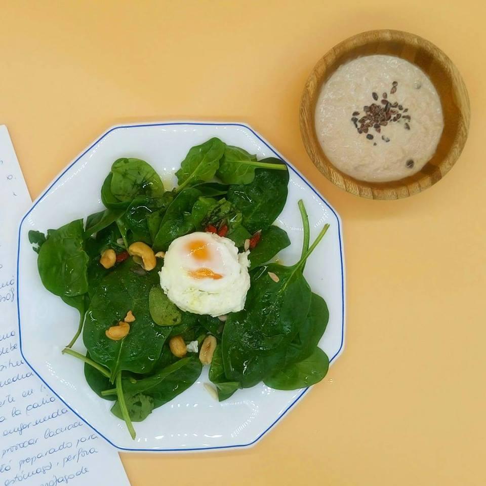 Ensalada de espinacas con frutos secos y huevo