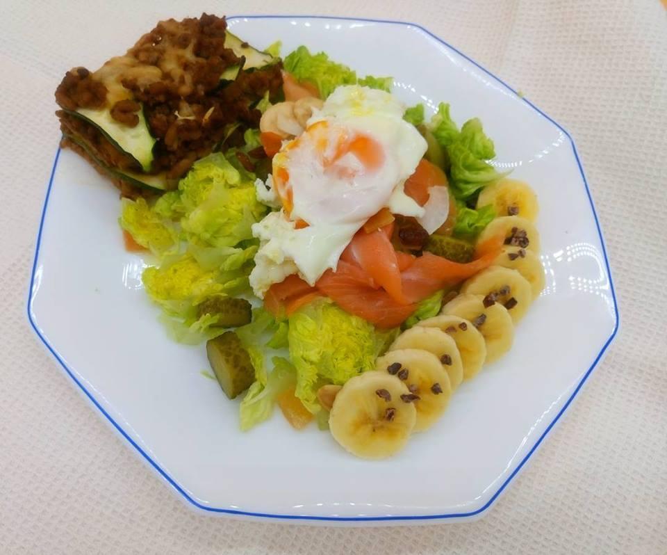 Ensalada de cogollos con salmón y huevo, pastel de calabacín y plátano