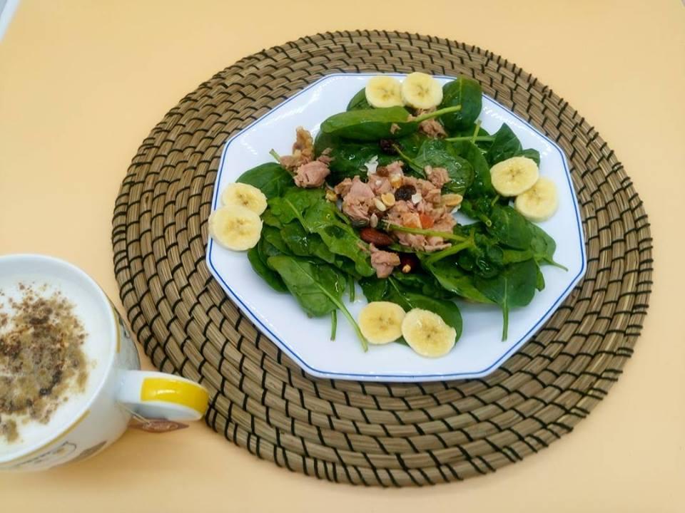Ensalada de espinacas con atún frutos y frutas secas