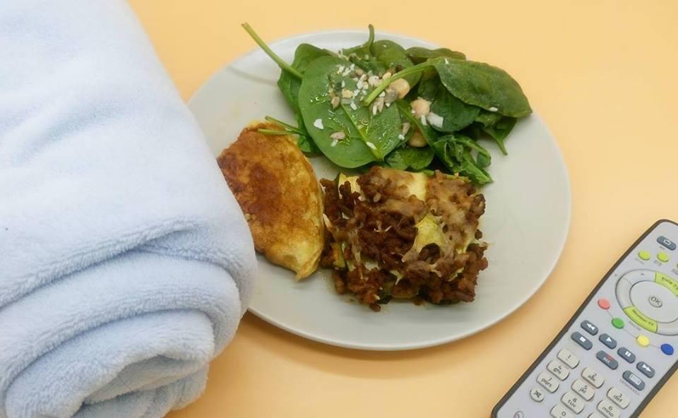 Lasaña de calabacín, tortilla y ensalada de espinacas