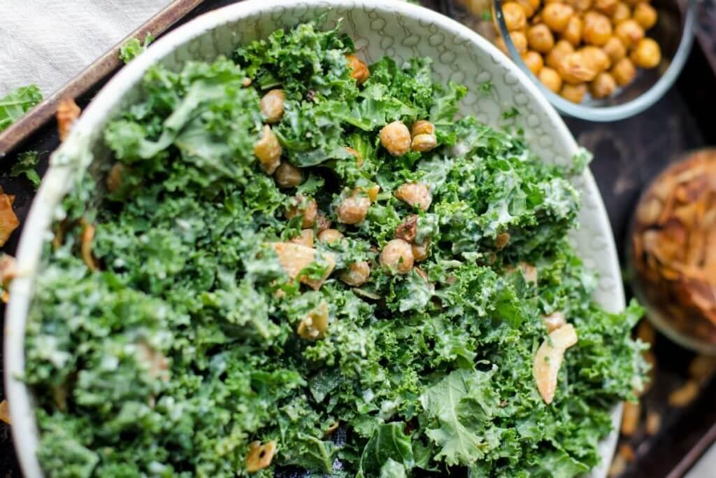 Chips de col kale con queso vegano