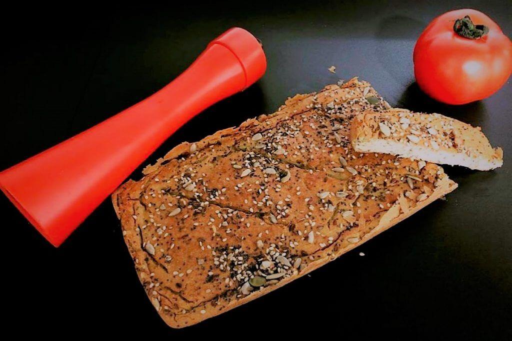 Pan plano de aguacate y olivas verdes