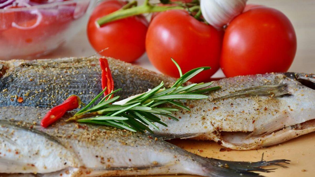 Plato saludable con pescado y tomates