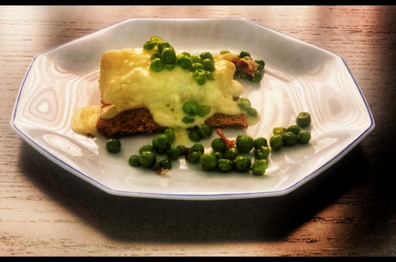 Tosta de quinoa y semillas con bacalao confitado y muselina de ajo