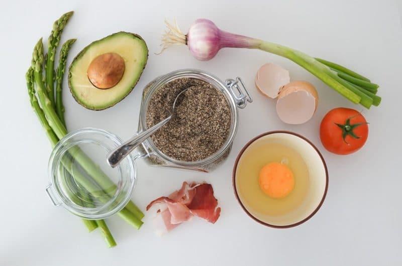 Tostas con aguacate y huevo poché (keto)