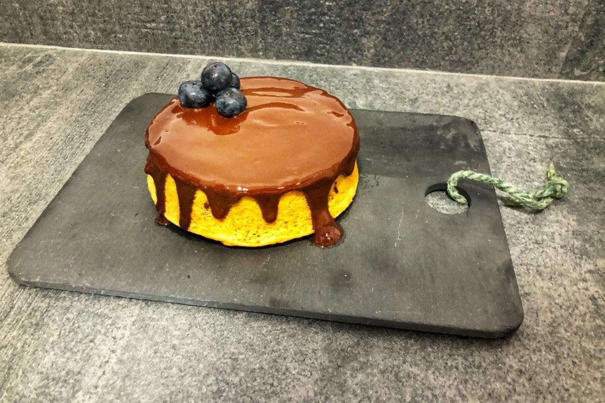 Bizcocho de yogur, crema de cacahuete y chocolate negro (versión rápida)
